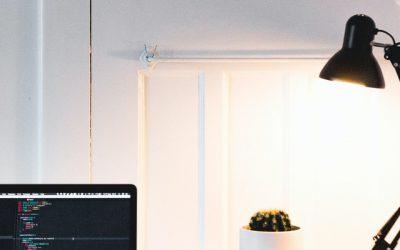 Jak wybrać idealną lampę biurkową?