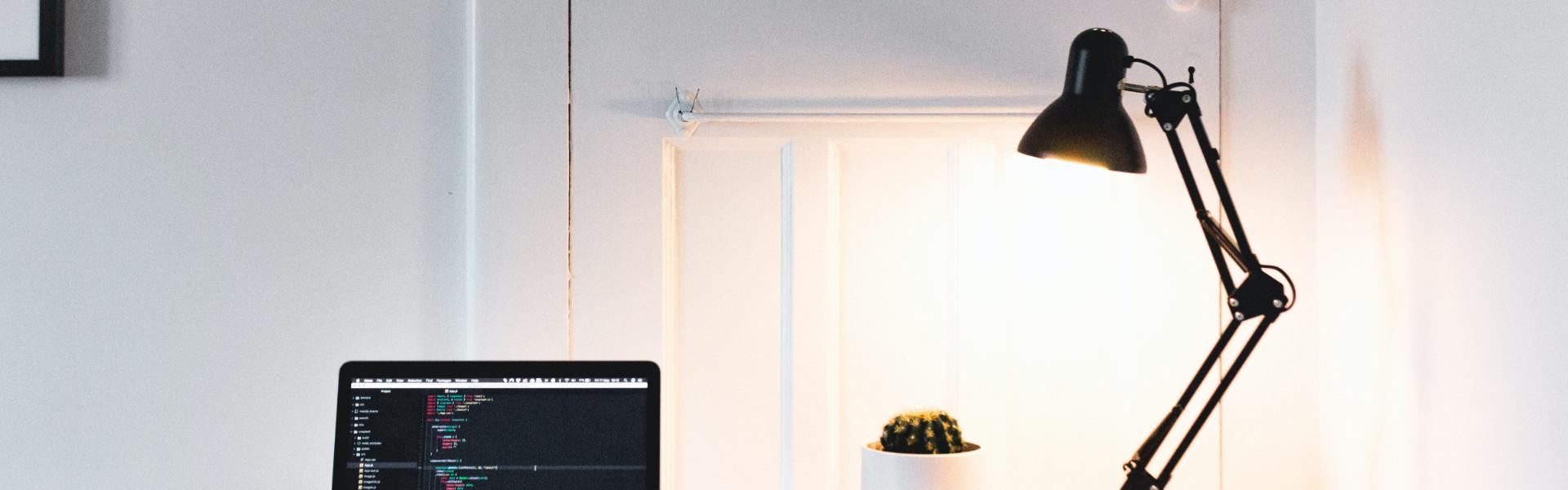 Czym kierować się podczas wyboru lampki na biurko?