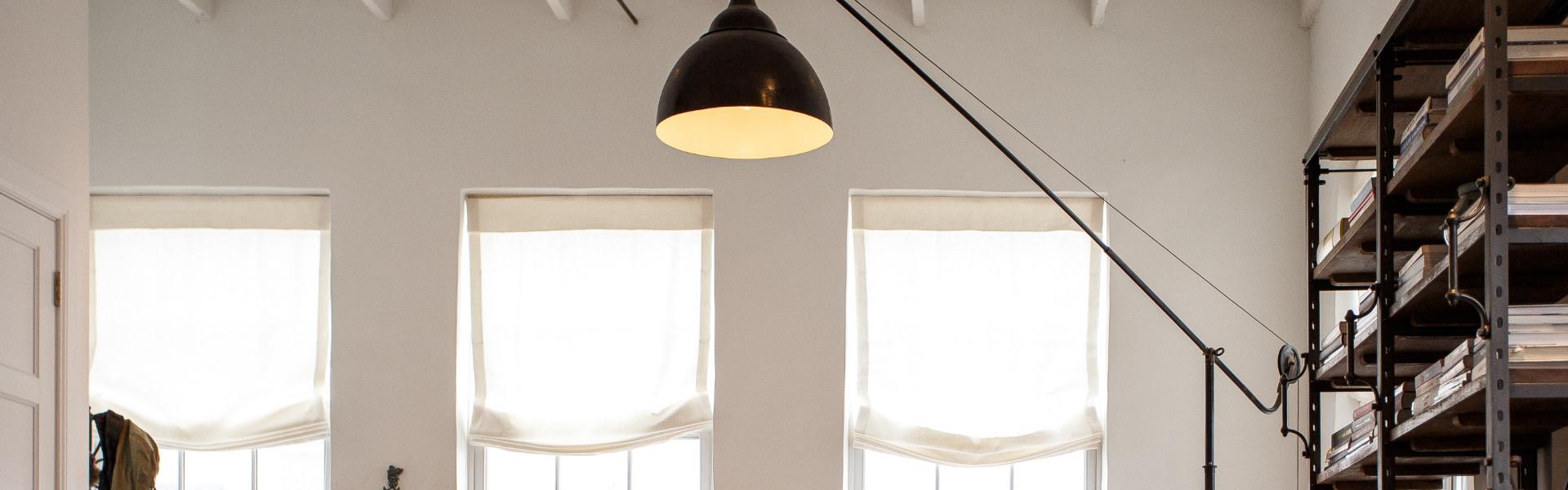 Jak przełamać surowe wnętrze loftowe oświetleniem?