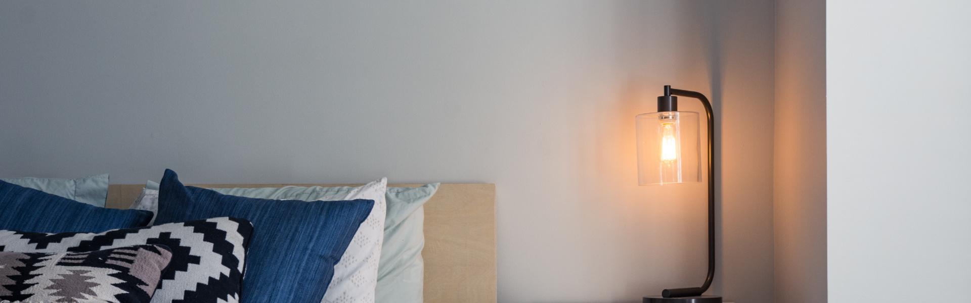 Pomysły na modne i praktyczne oświetlenie sypialni
