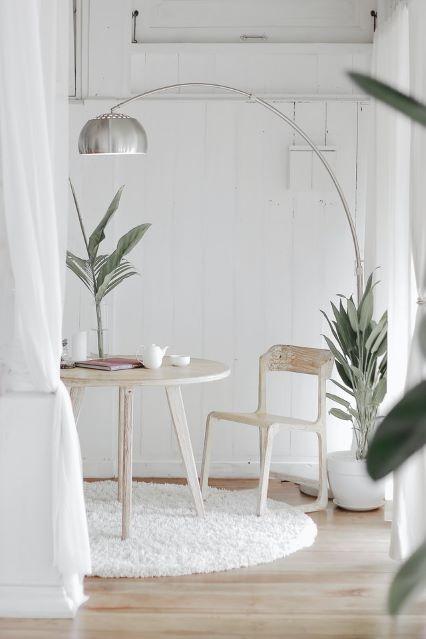 Duża lampa stojąca nad stolikiem w salonie