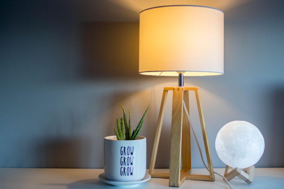 Przykład małej lampy stojącej do salonu