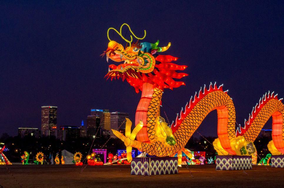 Świecący smok z okazji Chińskiego Święta Światła