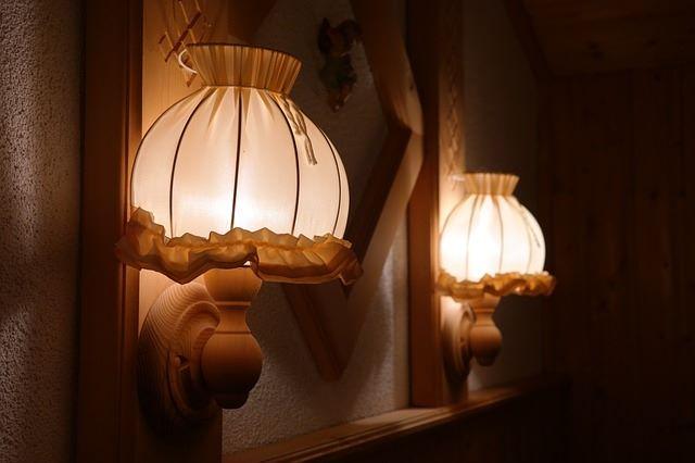 Materiałowy kinkiet generuje intymne oświetlenie