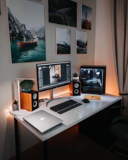 Poprawne oświetlenie biurka z komputerem