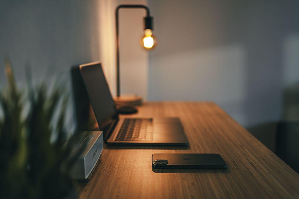 Przykład oświetlenia biurka komputerowego