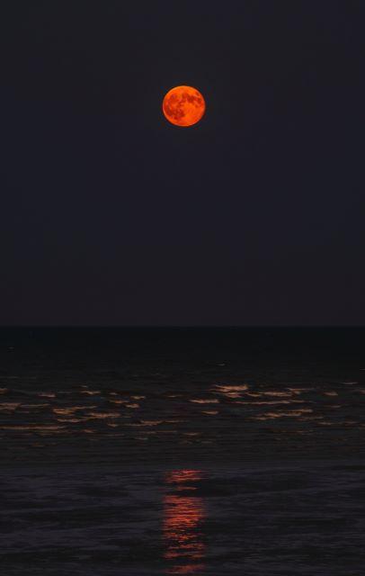 Pełnia określana jako krwawy księżyc