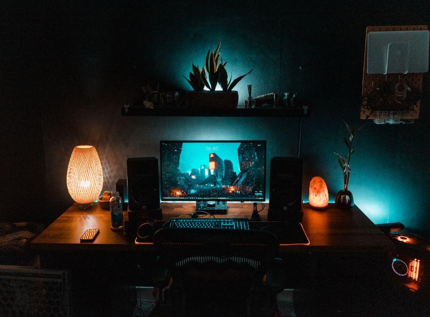 Lampa solna stojąca przy komputerze